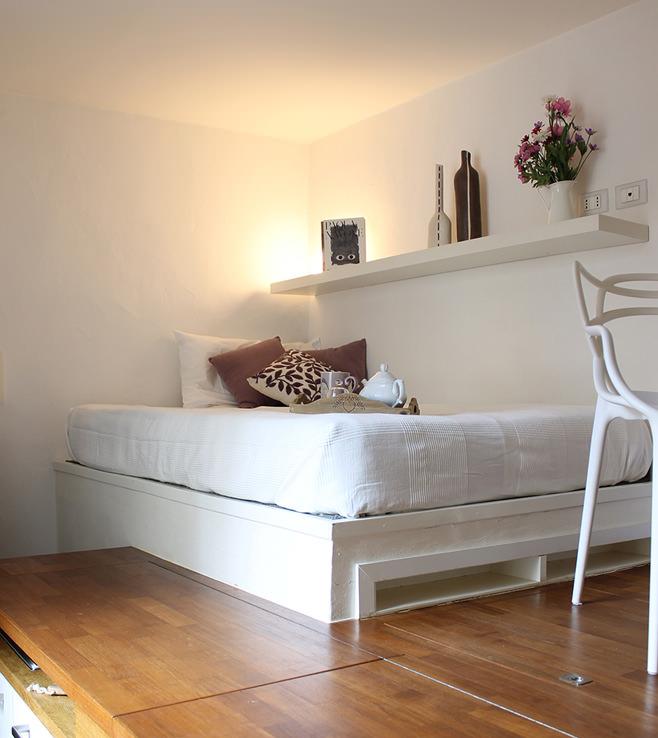 Спальня небольшой квартиры-студии в Милане