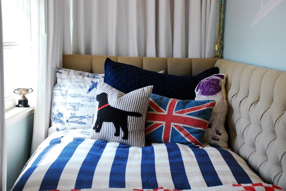 Постельное бельё и подушки в красно-синей палитре
