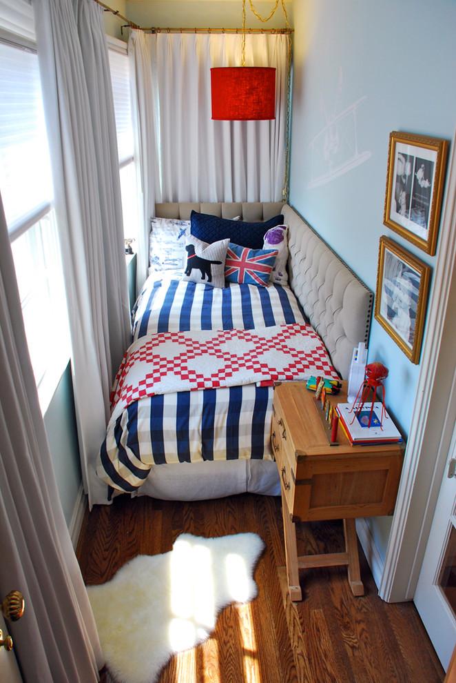 Тумбочка возле кровати в маленькой спальне