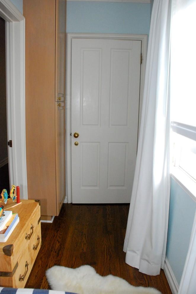 Узкий шкаф у входной двери