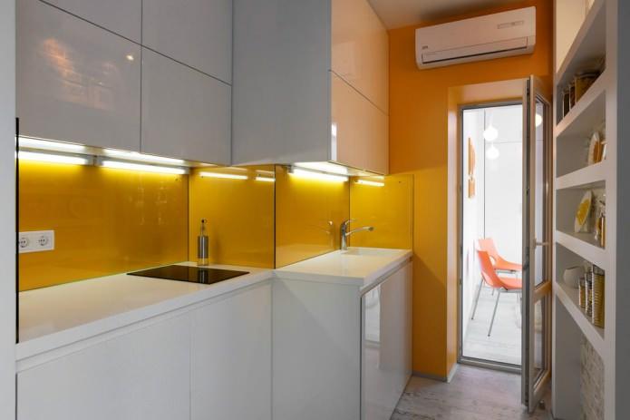 Кухня маленькой квартиры-студии в Киеве