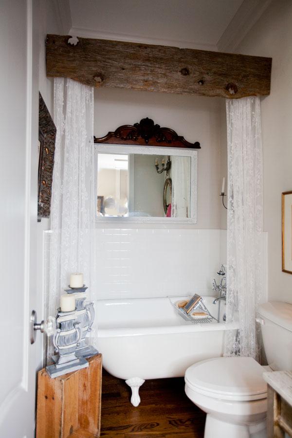 Ванна на ножках за шторами