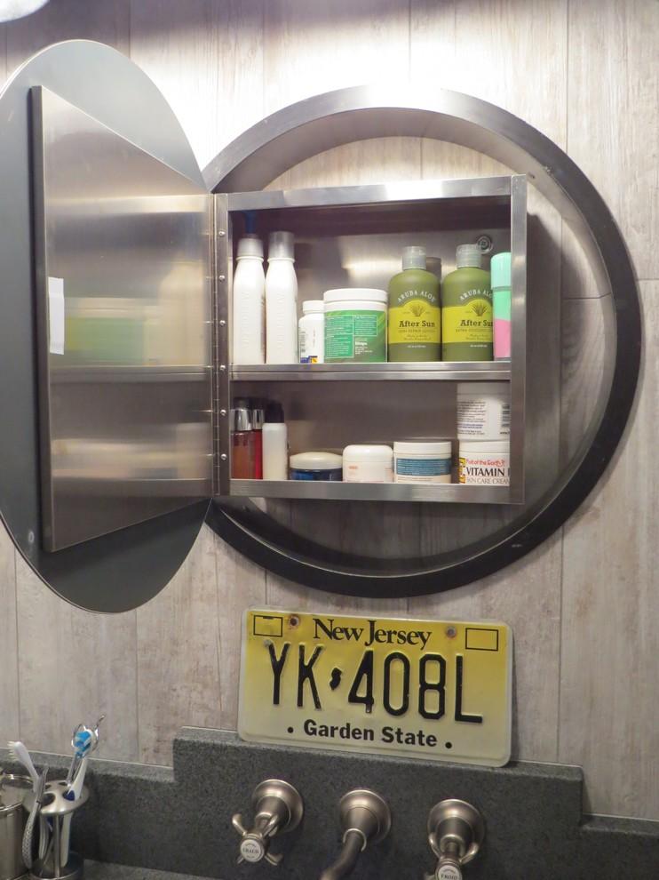 Ниша для банных принадлежностей в маленькой ванной