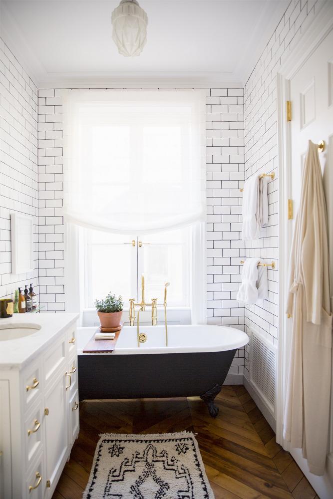 Кирпичная стена в интерьере ванной