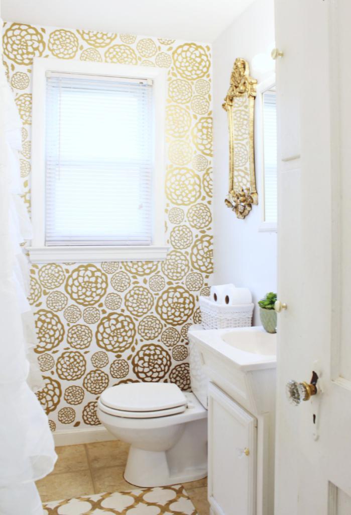 Золотистые элементы в оформлении ванной