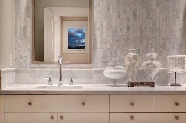 Маленькая ванная в натуральных тонах