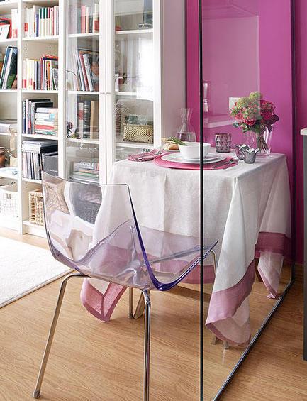 Обеденный стол у стеклянной перегородки