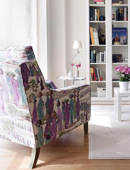 Мягкое кресло в углу для чтения