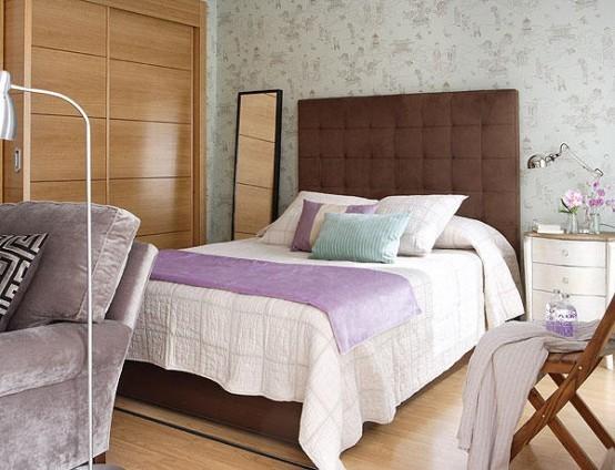Кровать с высоким изголовьем в спальне