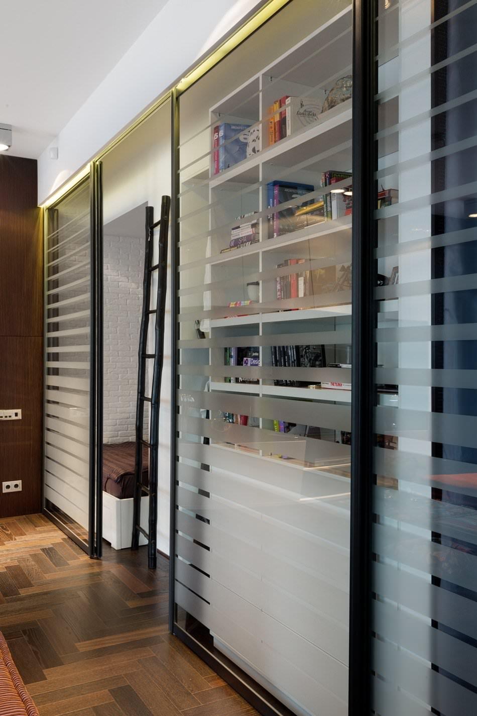 Раздвижной шкаф в стильной квартире-студии