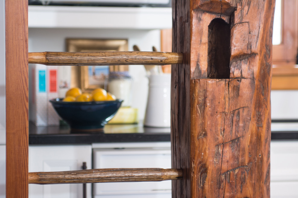 Деревянная лестница загородного дома от Enza Ricco