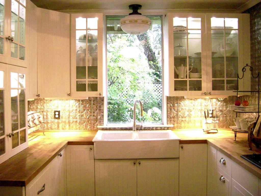 Кухонный гарнитур со стеклянными дверцами