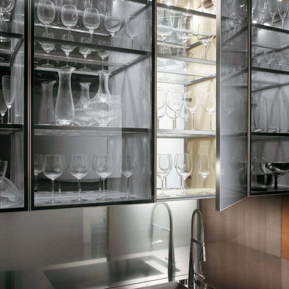 Стеклянные полки на кухне