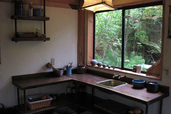 Кухня маленького лесного коттеджа в Японии