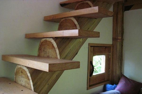 Лестница маленького лесного коттеджа в Японии