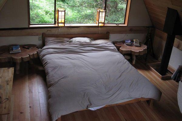 Спальня маленького лесного коттеджа в Японии