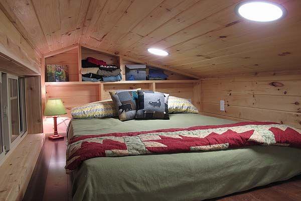 Спальное место маленького коттеджа на колёсах Duck Chalet