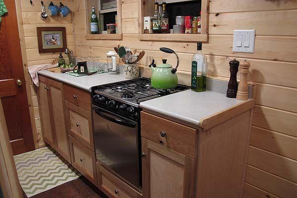 Кухня маленького коттеджа на колёсах Duck Chalet