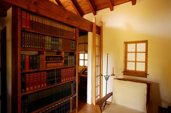 Библиотека в маленьком коттедже Innermost House в Северной Калифорнии
