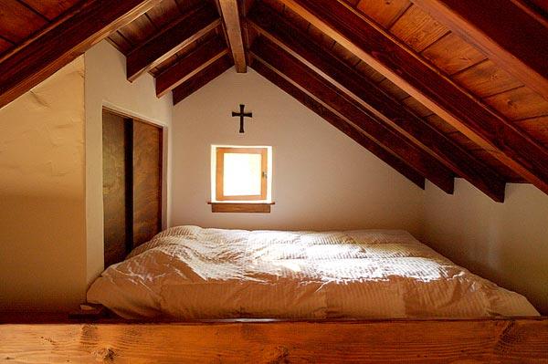 Спальня маленького коттеджа Innermost House в Северной Калифорнии