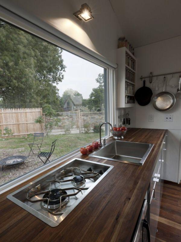 Кухня маленького деревянного коттеджа