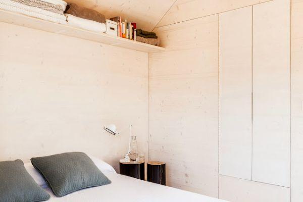 Спальня маленького мобильного коттеджа