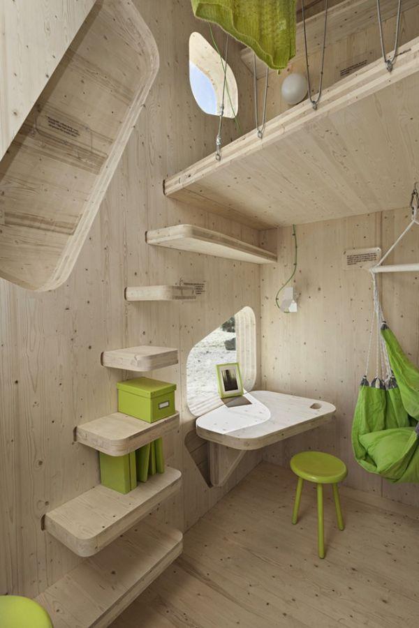 Кабинет маленького деревянного коттеджа