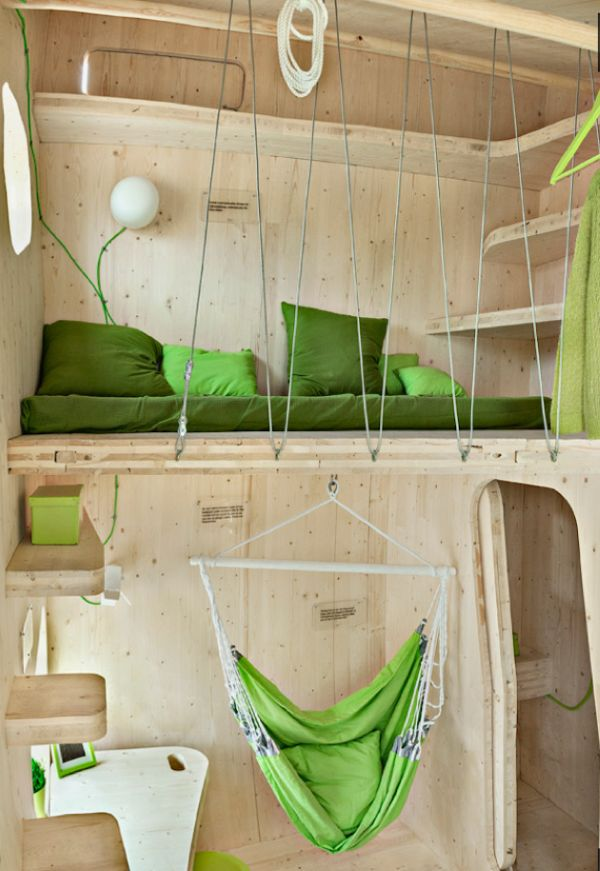 Спальное место маленького деревянного коттеджа