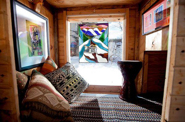 Спальное место в маленьком коттедже из дерева