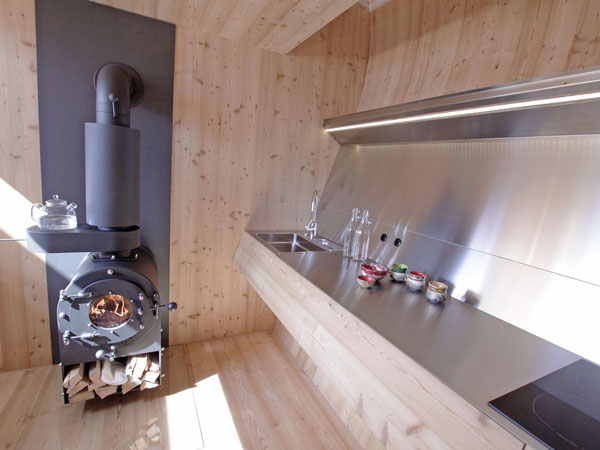 Интерьер кухни маленького коттеджа Ufogel в Австрии