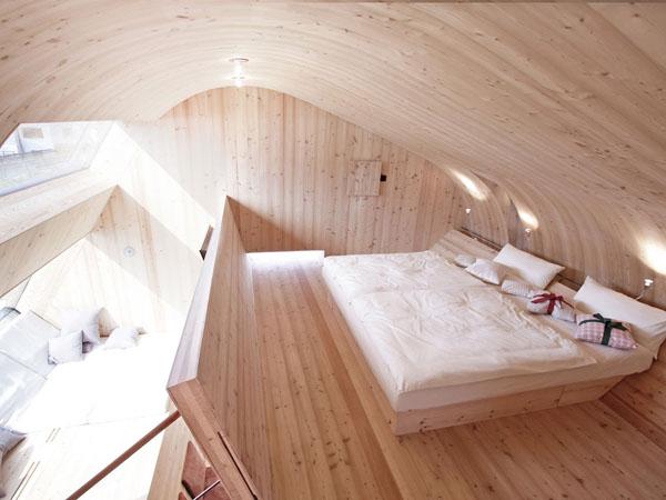 Интерьер спальни маленького коттеджа Ufogel в Австрии