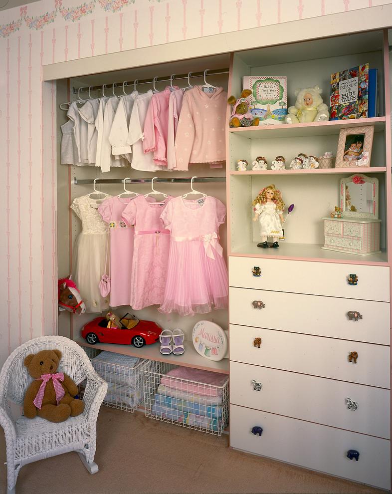 Встроенный шкаф без дверей в детской