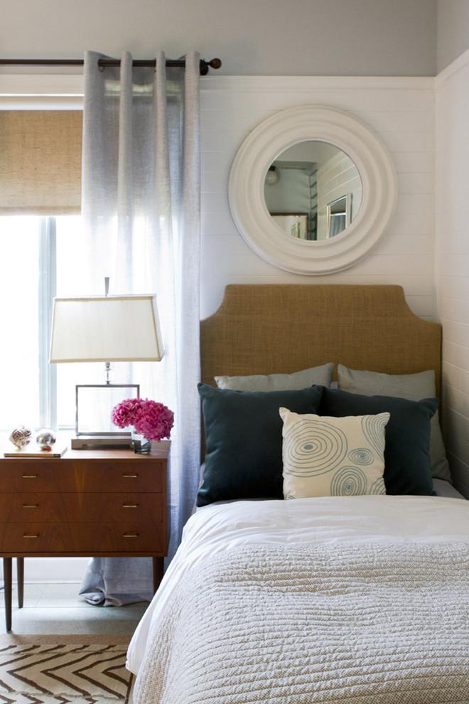 Прикроватная тумбочка с ящиками в спальне