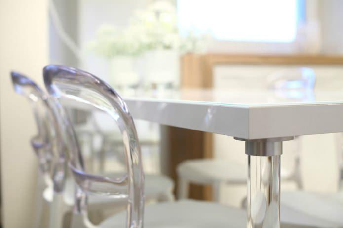 Обеденный стол в стильной однокомнатной квартире