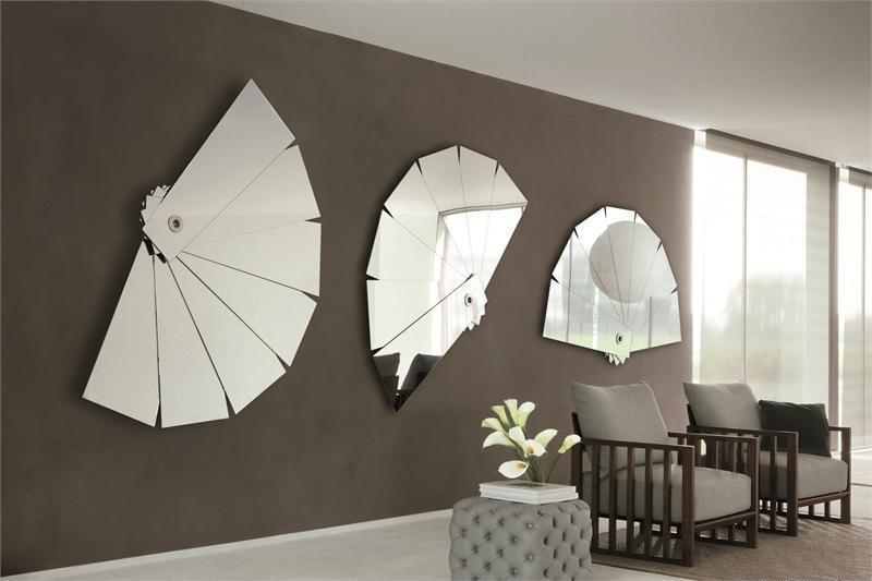 Зеркала на стенах в гостиной