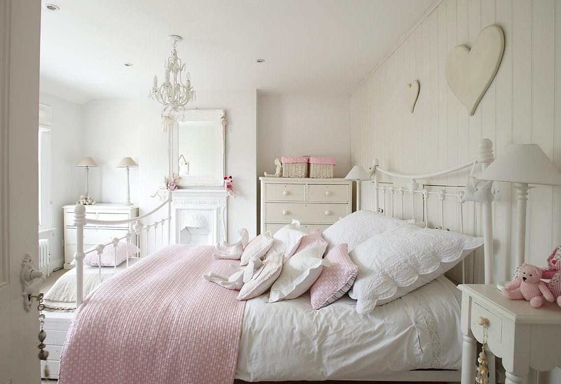 Однотонные пол, стены и потолок в спальне