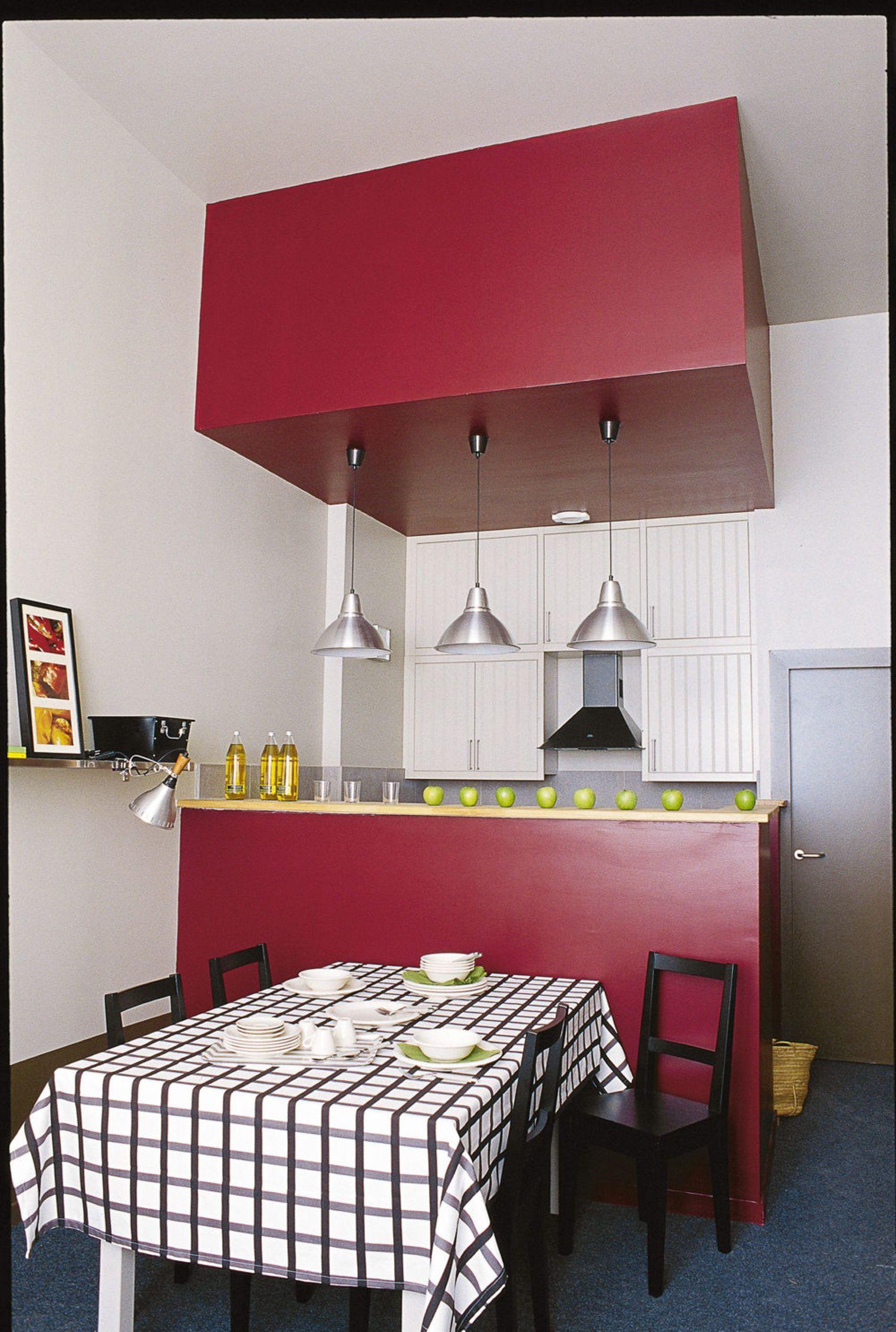 Дизайн маленькой кухни из двух красных блоков
