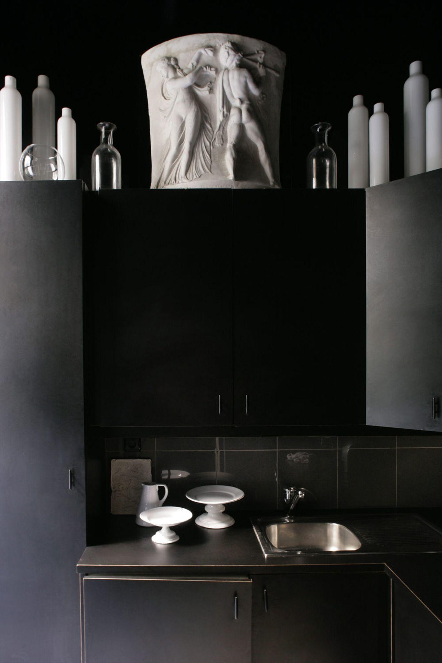 Белые аксессуары в дизайне чёрной кухни