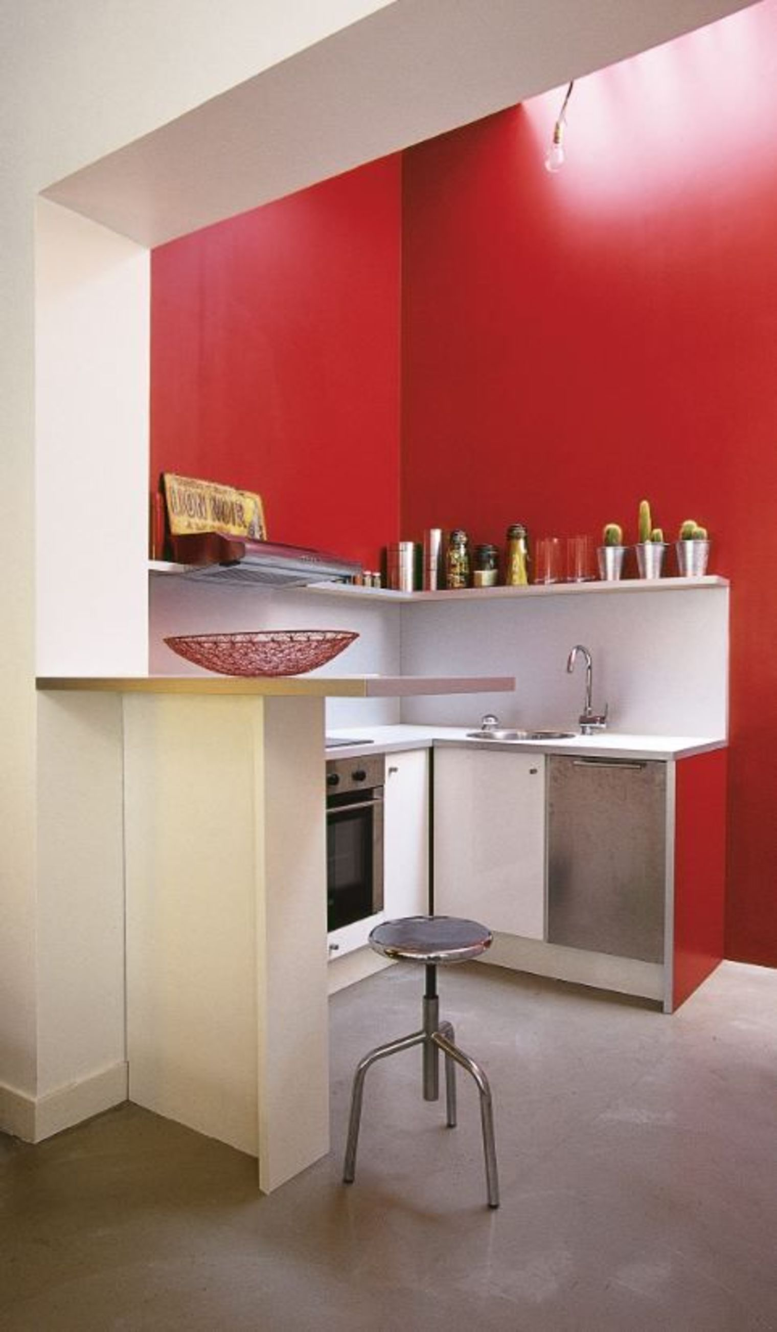 Дизайн маленькой кухни в красных тонах