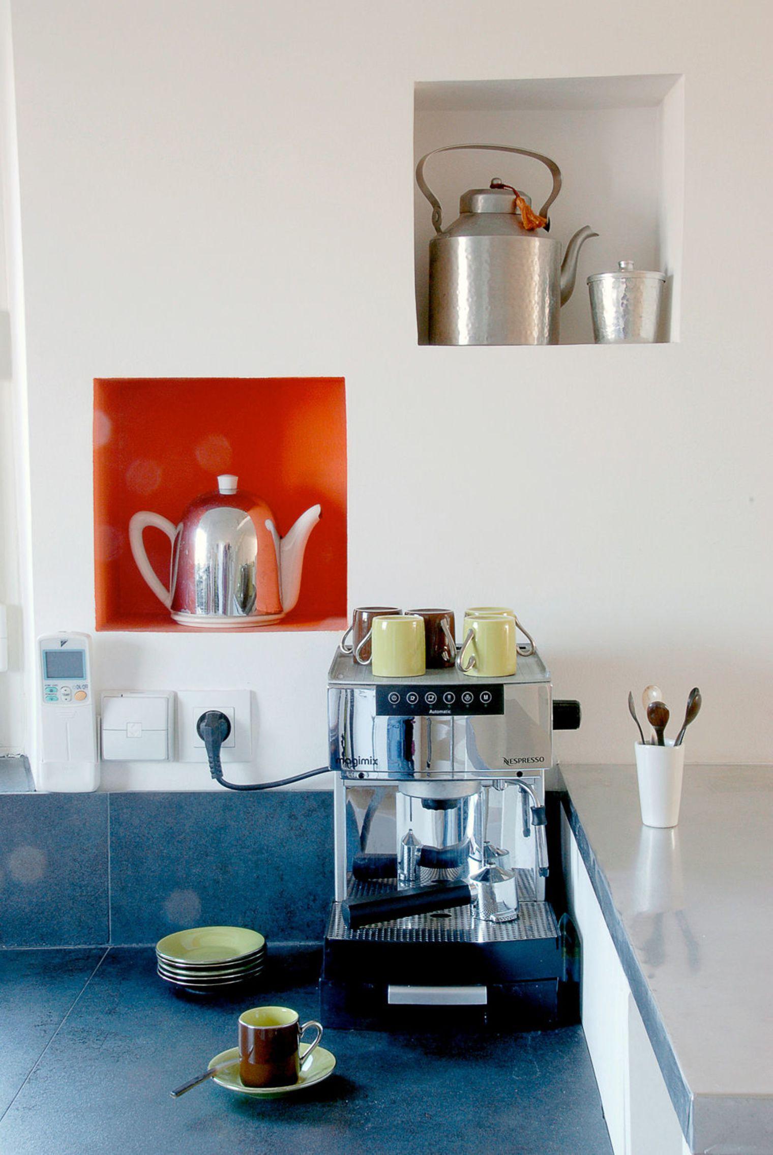 Дизайн маленькой кухни с нишами в стене