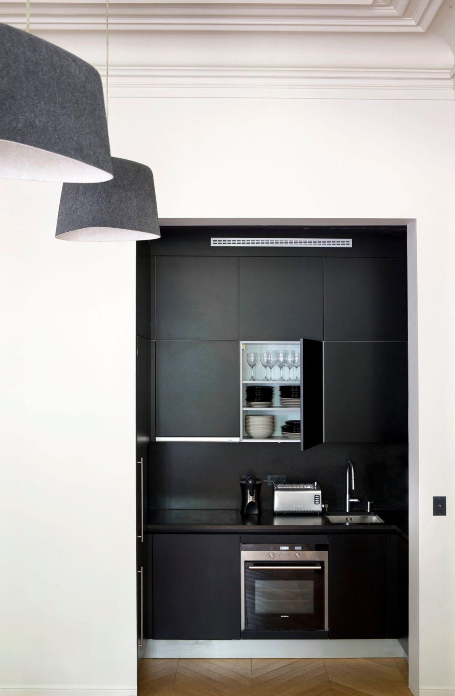 Дизайн маленькой кухни в чёрно-белом цвете