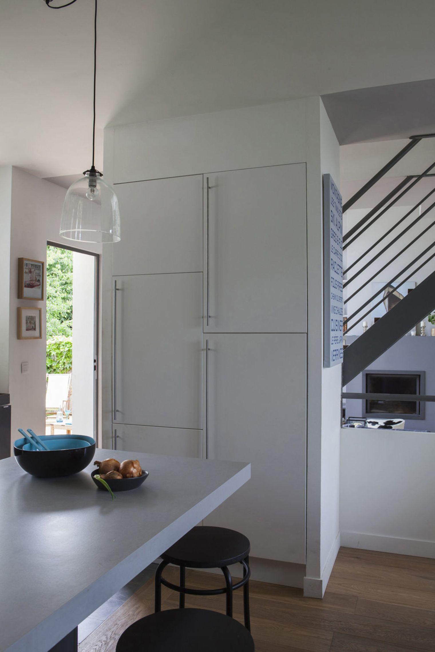 Встроенный холодильник в дизайне маленькой кухни