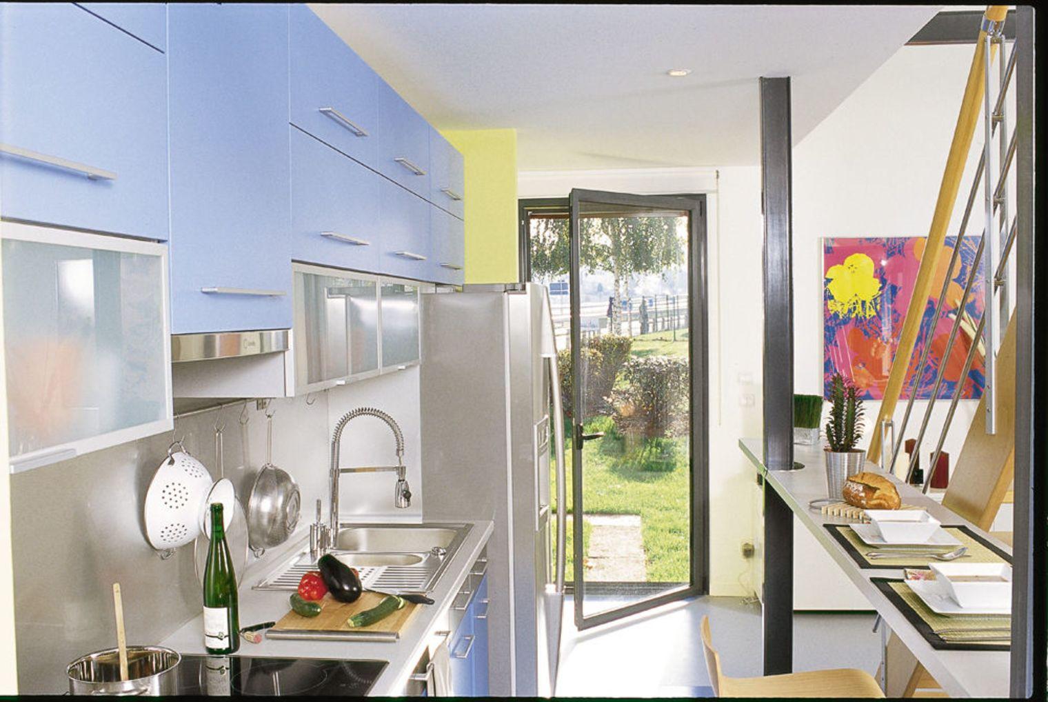 Дизайн маленькой кухни со стеклянной барной стойкой