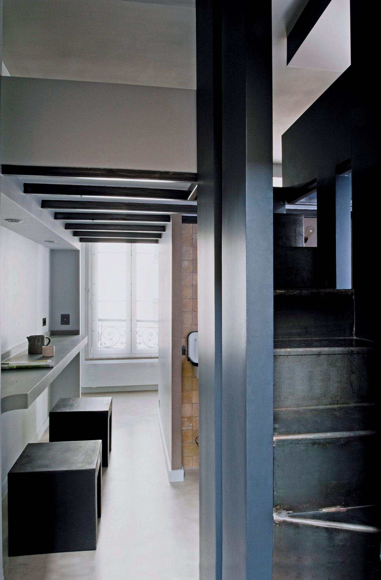 Дизайн маленькой кухни с обеденной зоной в коридоре