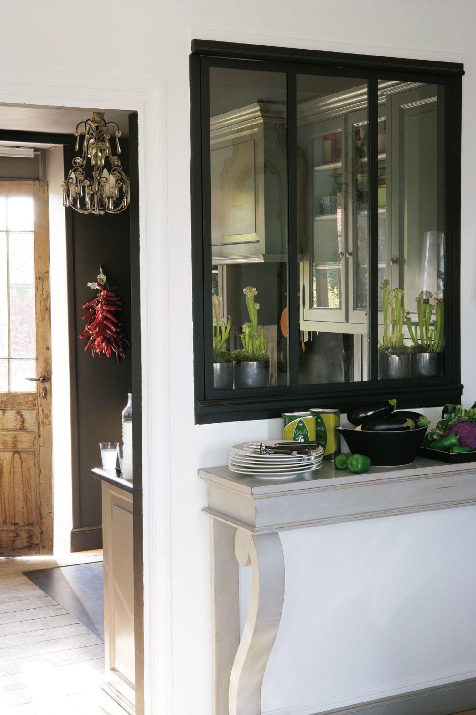 Дизайн маленькой кухни с застеклённой перегородкой