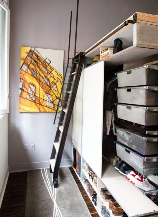 Передвижная лестница в интерьере маленькой квартиры