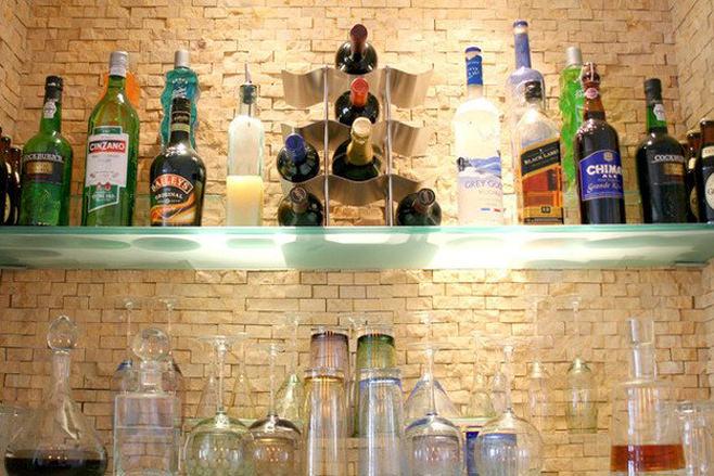 Бутылки на стеклянных полках