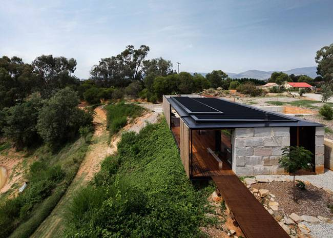 Недорогой дом из бетонных блоков на склоне