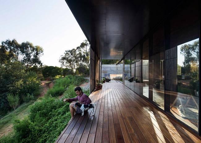 Недорогой дом из бетонных блоков. Открытая терраса