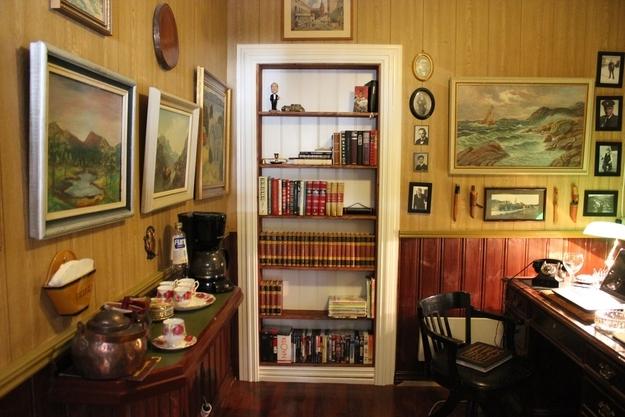 Книжный шкаф в кабинете
